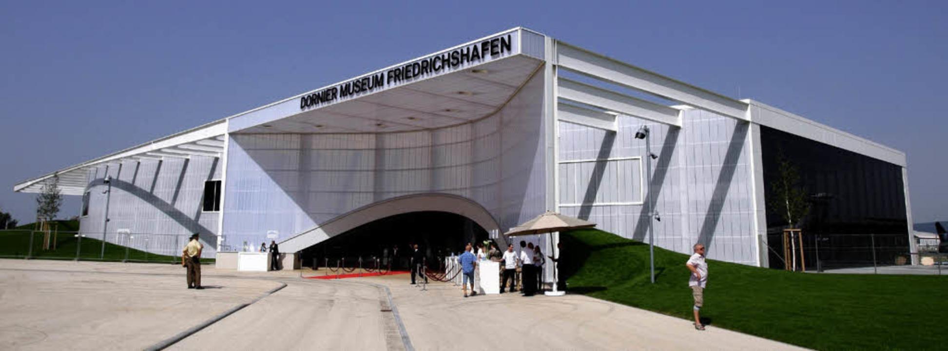 Luftige Garage für die Oldtimer des Himmels: das neue Dornier-Museum   | Foto: dpa