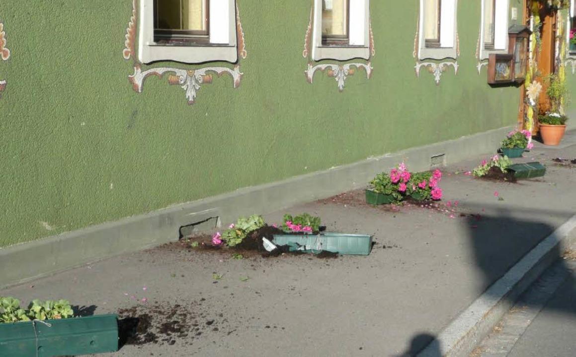 Vandalismus: Beim Gasthaus Linde wurde...ke im Erdgeschoss komplett abgeräumt.     Foto: Privat