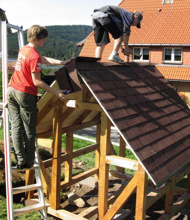 Die Schüler Lukas Basler und Kevin Sch...nd mit Unterstützung von Handwerkern.   | Foto: Privat