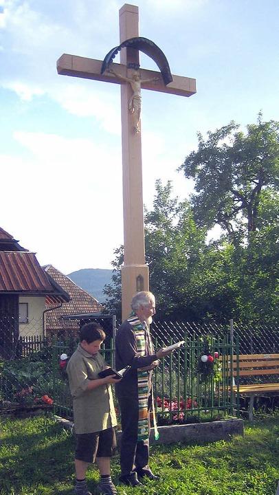 Pfarrer Schuler und Tobias Ritter am  Stutzer Dorfkreuz   | Foto: Wiezel