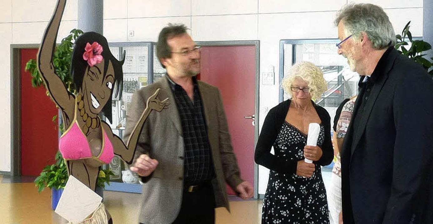 Lehrer Bernd  Thoma   (links) erklärt ...lt in einem Hotel im Markgräflerland.     Foto: Dieter Fink