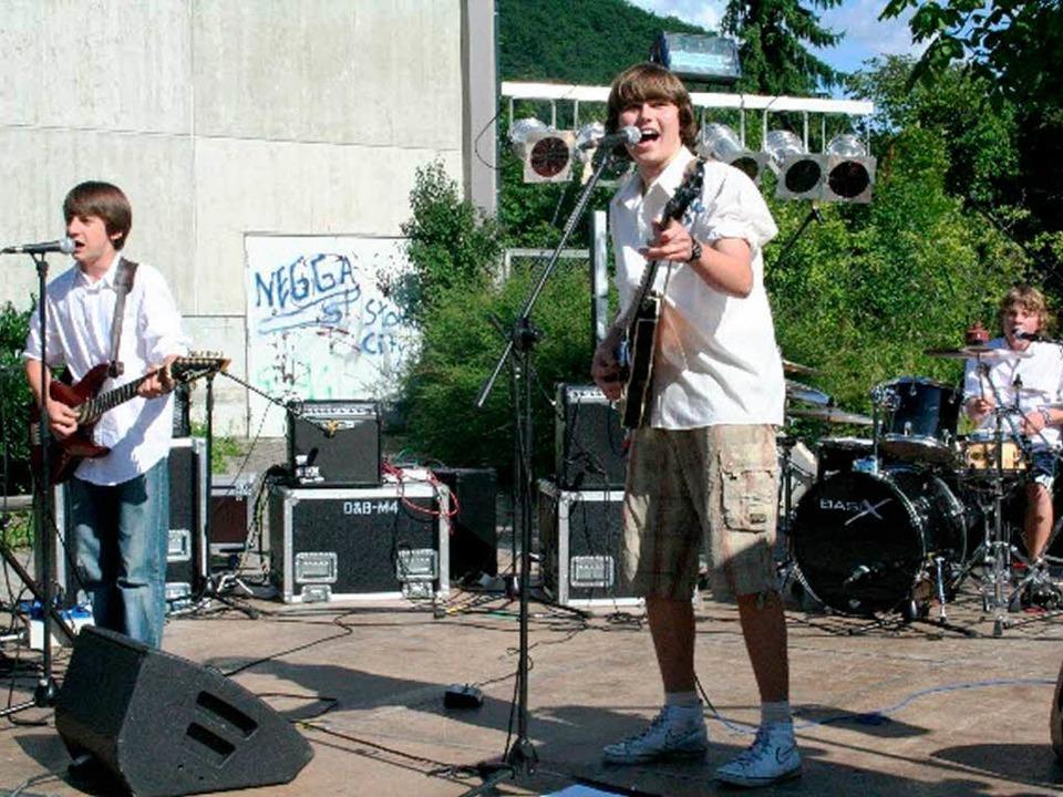 Lokale Bands sorgten für rockige Musik vor dem Faust-Gymnasium  | Foto: Privat