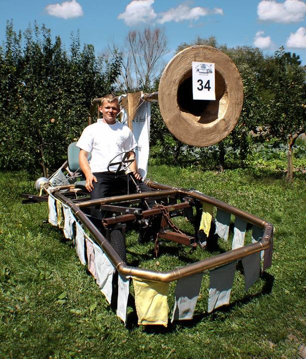 Marc Schlatter von der Narrenzunft mit...kiste, einer selbst gebauten Posaune.     Foto: Schöneberg