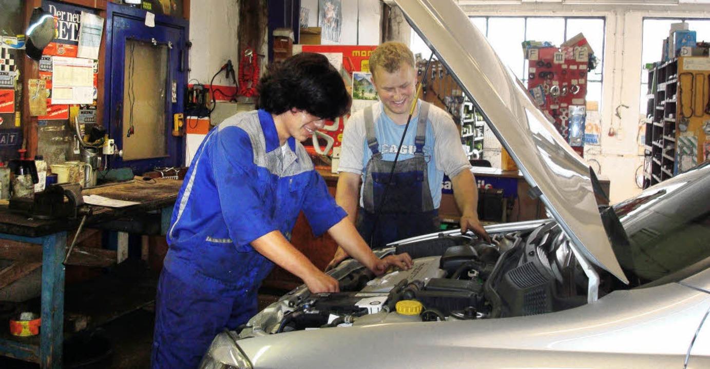 Miguel  beim Praktikum in einer Kfz-We...: Er durfte sogar  Autos reparieren.    | Foto: privat