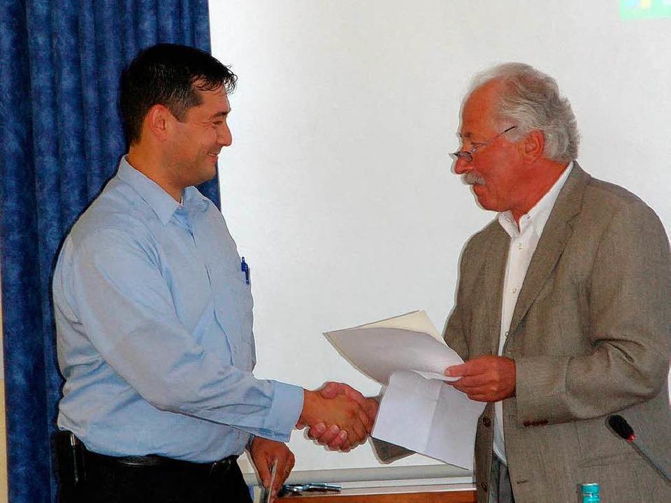 Bürgermeisterstellvertreter Otto Frey ...und überreichte die Ernennungsurkunde.  | Foto: Frank Kiefer