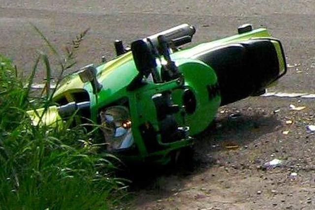 Motorradfahrer bricht sich bei Unfall ein Bein