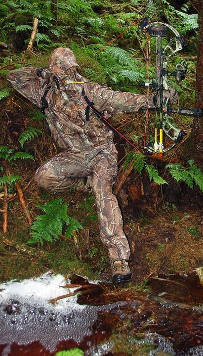 Die Jäger mit dem Bogen müssen  nah ra...chts) wollen sie nichts zu tun haben.   | Foto: Ralf Burgmaier/BZ