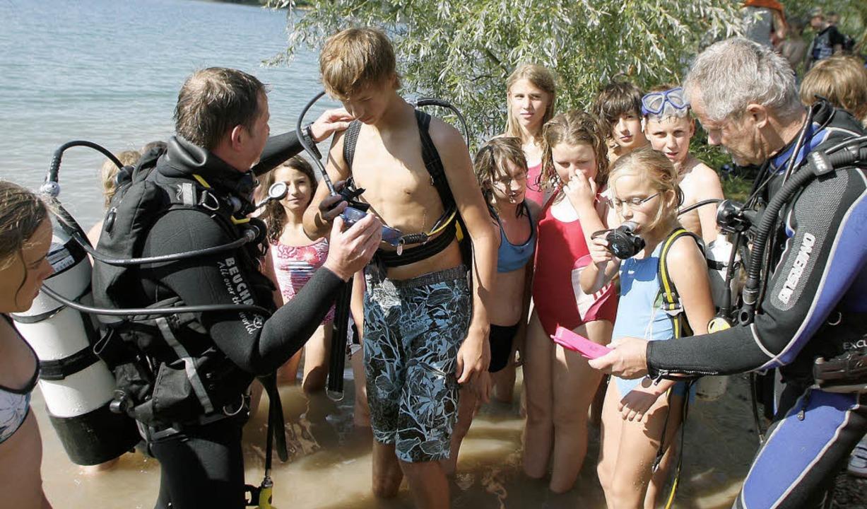 Sitzt die Ausrüstung richtig? Die Prof...au durch, bevor es unter Wasser geht.   | Foto: Heidi Fössel
