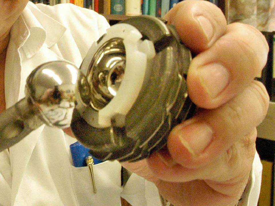 Diese Prothese kann ein natürliches Hüftgelenk ersetzen.  | Foto: Michael Bamberger