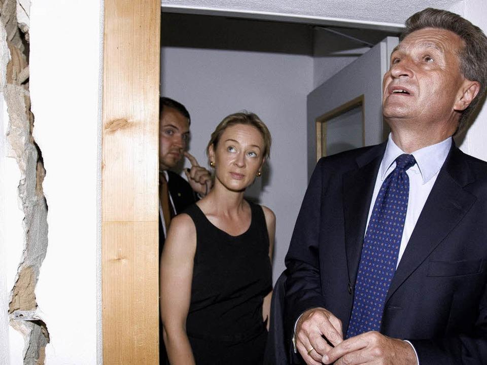 Staunen in Staufen: Oettinger betrachtet die Risse.  | Foto: ddp