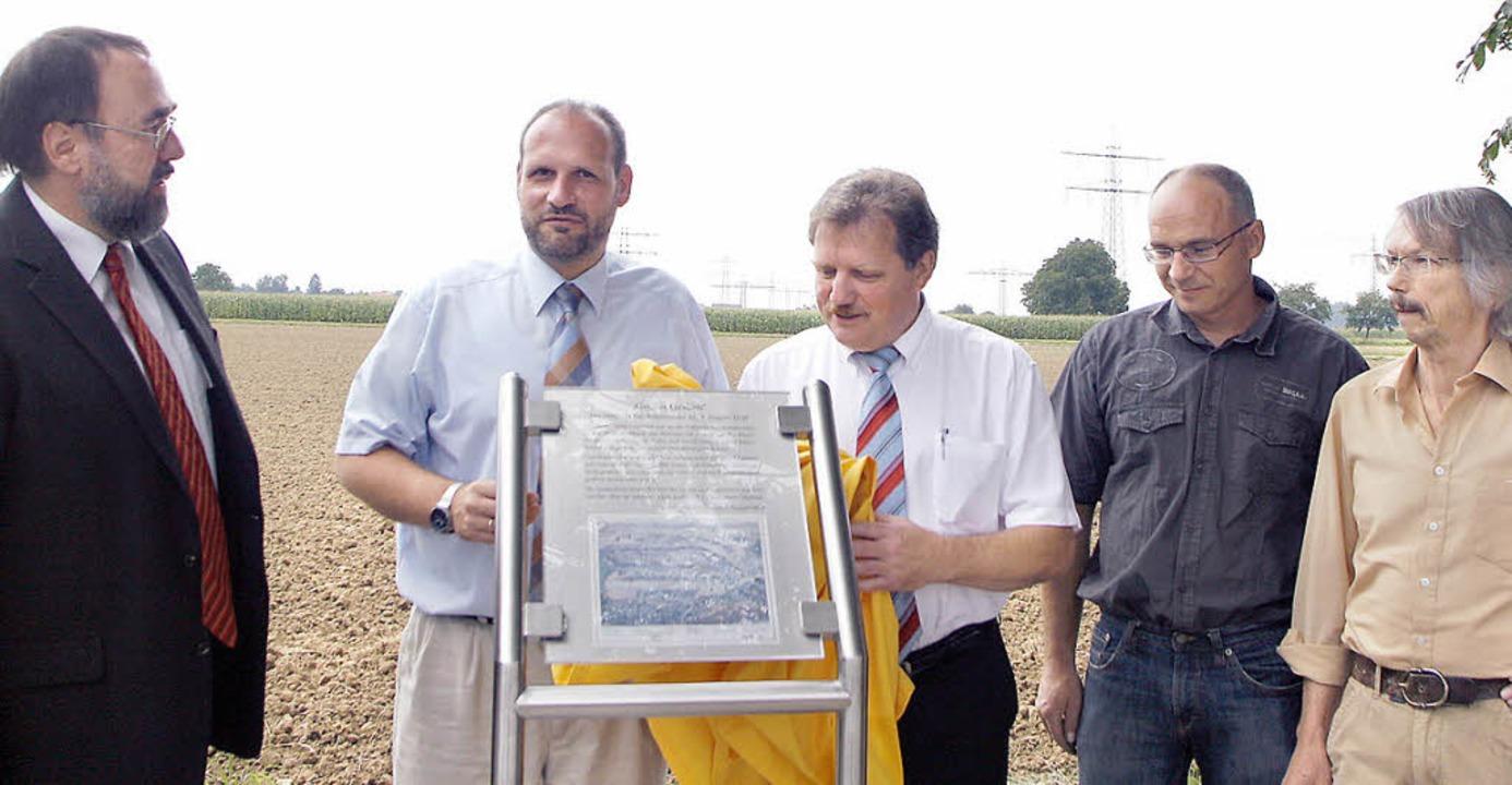 Pfarrer Frank-Herbert Heck, Bürgermeis...r (rechts) enthüllen die Gedenktafel.     Foto: Heidi Fössel