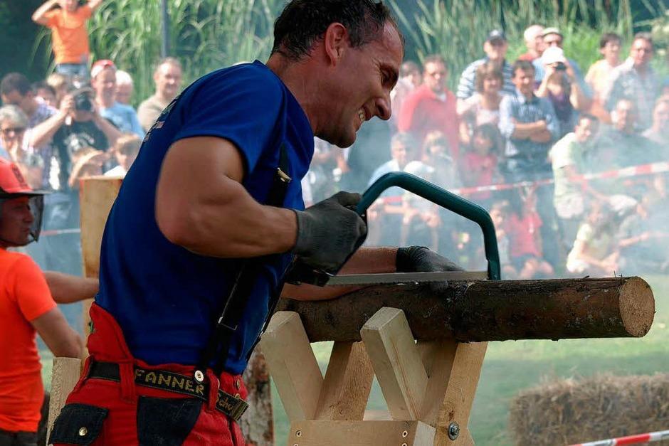 Zäh empfand nicht nur Christian Schwarz die Aufgabe, Holzrollen mit der Bügelsäge zu zersägen (Foto: Karin Stöckl-Steinebrunner)