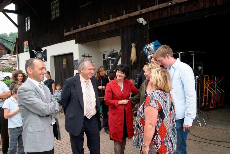 Bürgermeister Rudolf Schuler und Regie...räch mit Produzenten und Schauspielern    Foto: karlheinz scherfling