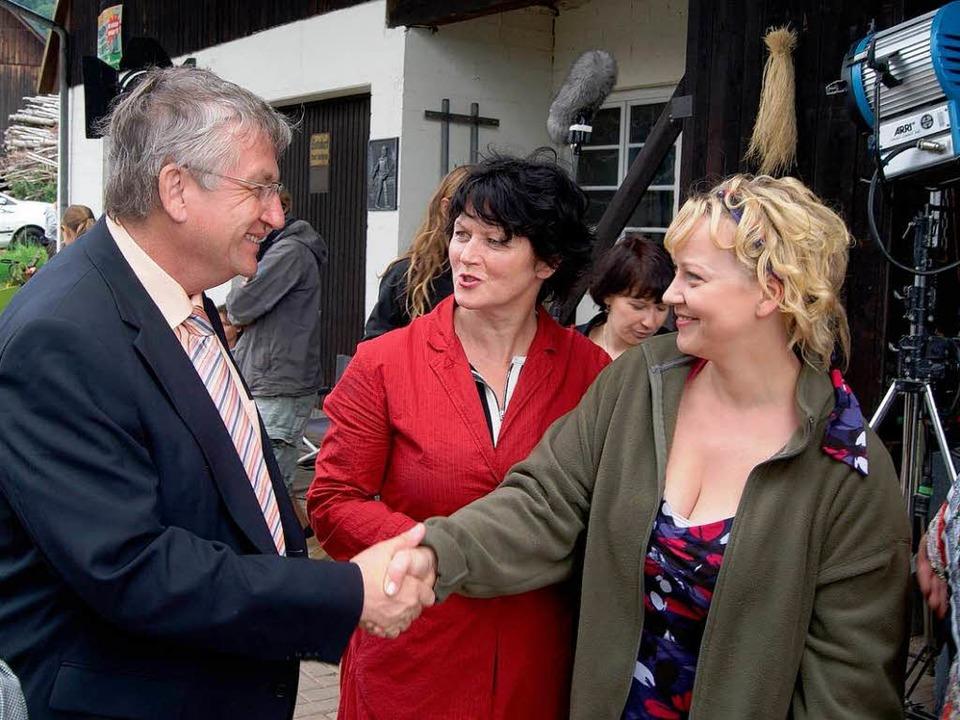 Regierungspräsident Julian Würtenberge...iel, die Frau des Tierarztes (rechts).    Foto: karlheinz scherfling