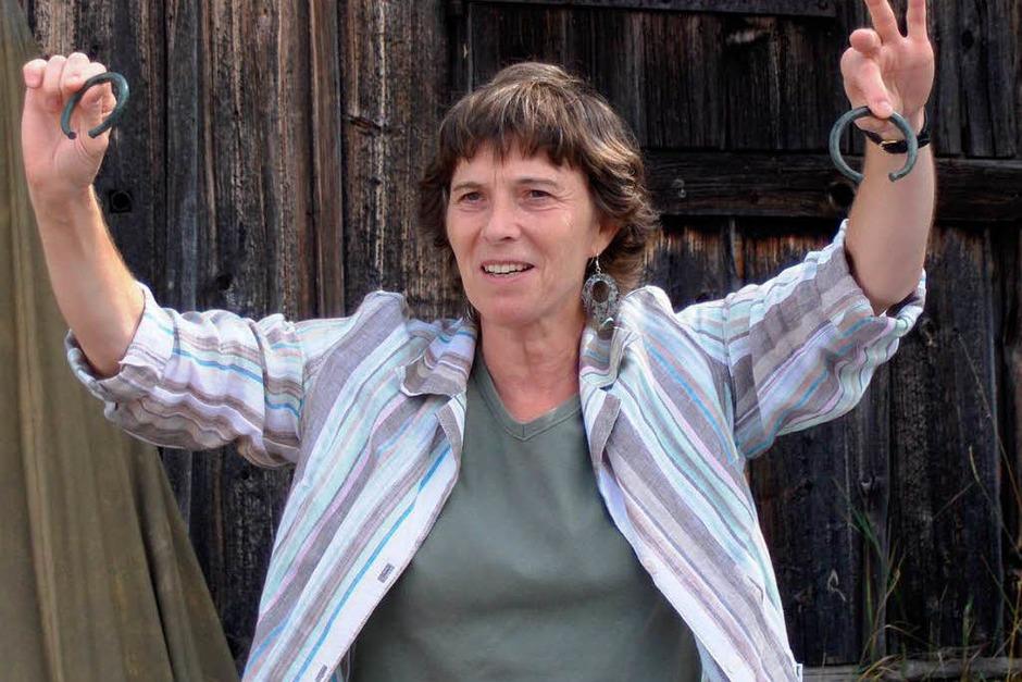 Dr. Jutta Klug-Treppe zeigt den überraschenden Bronzezeitfund: zwei Armreife.