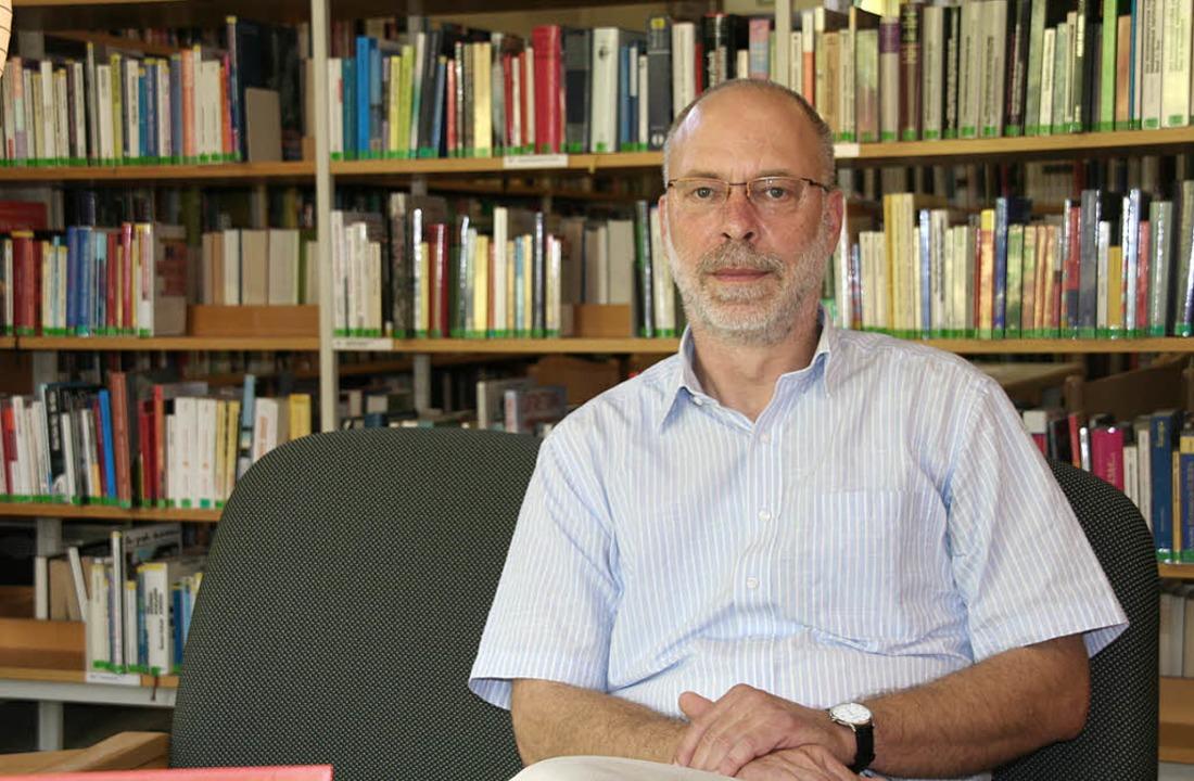 Herr über Zehntausende von Büchern:  S... Menter  Leiter der Stadtbibliothek.      Foto: Marlies Jung-Knoblich