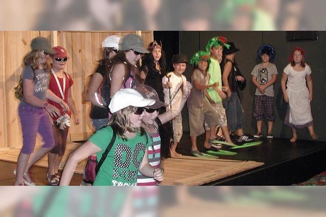 Auf der Bühne sprühen die Kinder vor Fantasie
