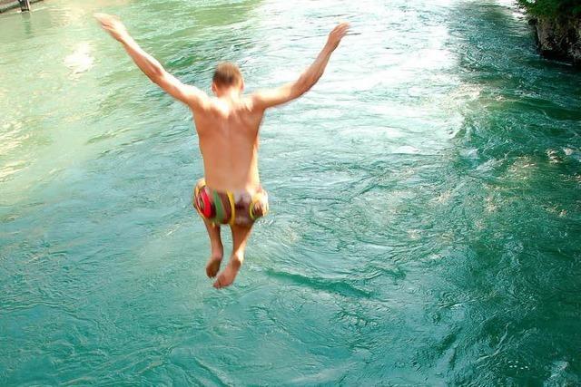 Leichtsinnige Rheinschwimmer halten Rettung in Atem