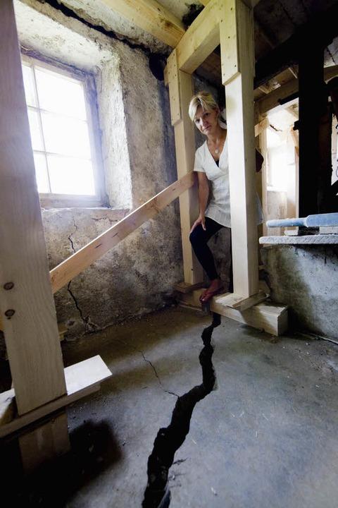 Alltag in Staufen: Simone Wiesner steh...nd durch ein Holzgerüst gesichert ist.    Foto: ddp