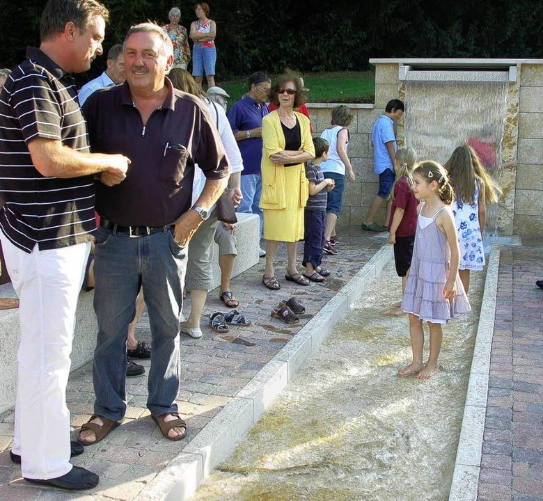 Mit den plantschenden Kindern freuen s...eister Schwab über den neuen Brunnen.   | Foto: Sigrid Umiger