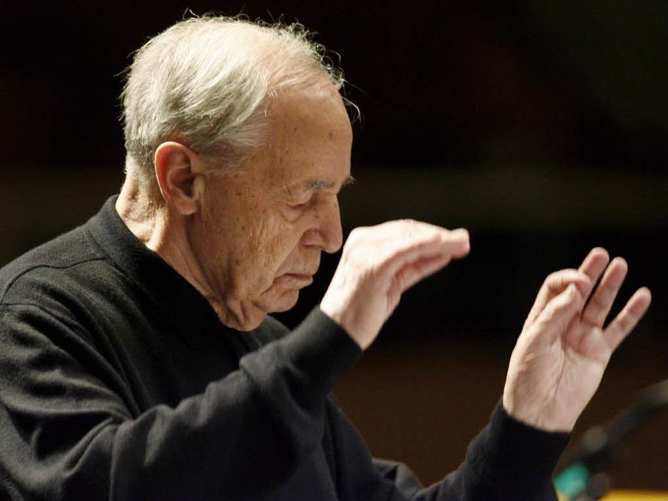 Pierre Boulez am Dirigentenpult.  | Foto: dpa