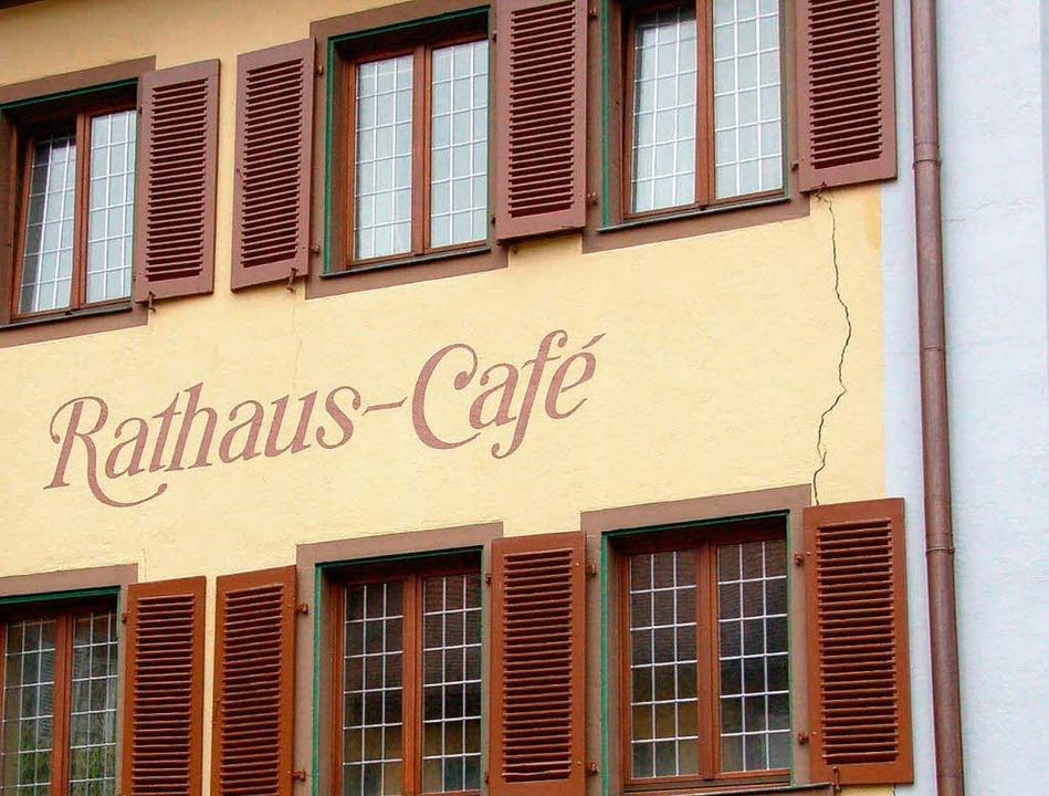 Das Rathaus-Cafe gehört zu den 211 Geb...gen in Staufen beschädigt worden sind.    Foto: Hans Jürgen Kugler