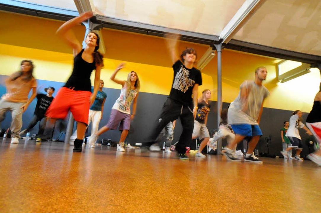 Akteure aus fast 20 Ländern üben beim ...euesten Trends inSachen Urban  Dance.   | Foto: Barbara Ruda