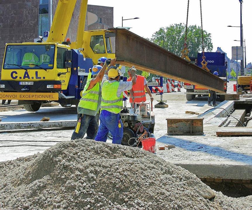 Wegen der Bauarbeiten ist die Austerlitz-Brücke  nur zweispurig.   | Foto: bri