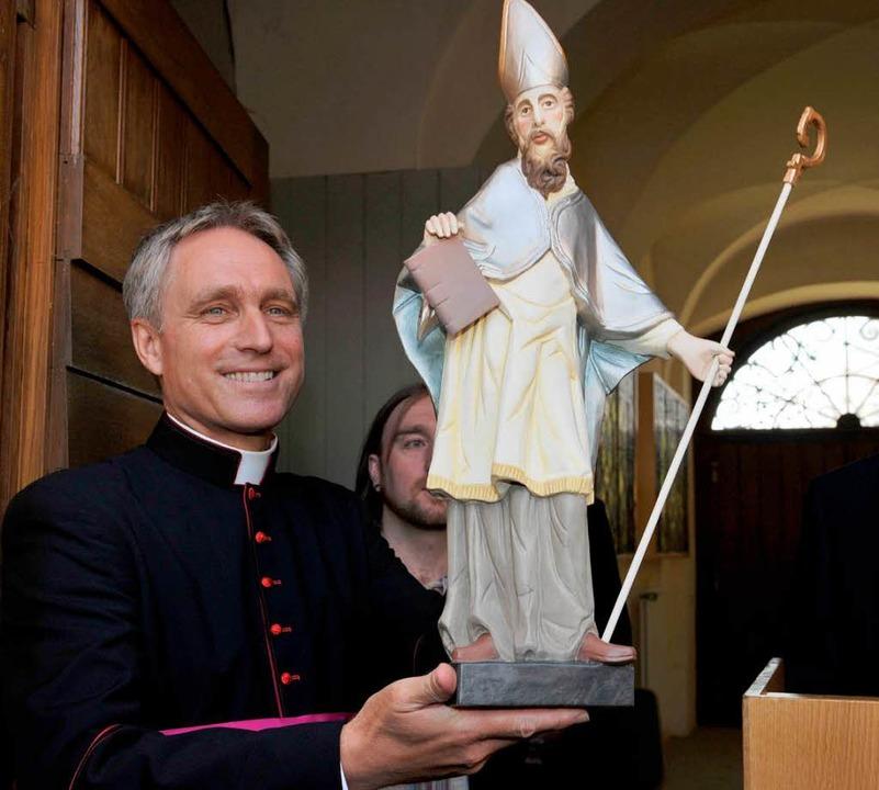Papstsekretär Georg Gänswein hält in R...ihm die Kirchengemeinde geschenkt hat.  | Foto: dpa