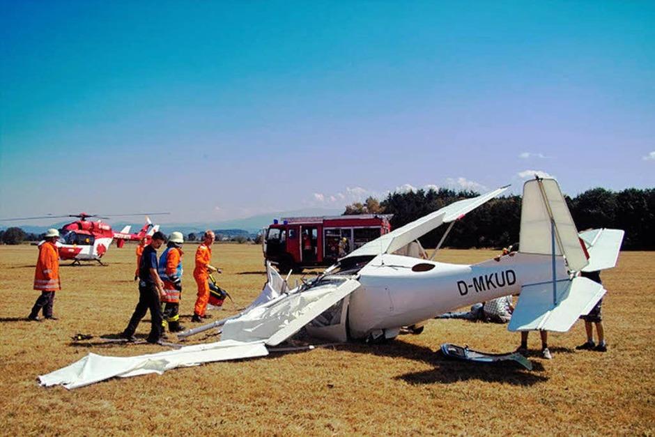 Ein Leichtflugzeug ist auf dem Flughafen in Bremgarten abgestürzt. Ein Großaufgebot an Rettungskräften kümmert sich um die Opfer. (Foto: Bernhard Breitling)
