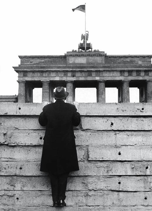 Ein gewaltiges Hindernis, aber nicht u... Berliner Mauer aufs Brandenburger Tor  | Foto: DPA/Zweygarth