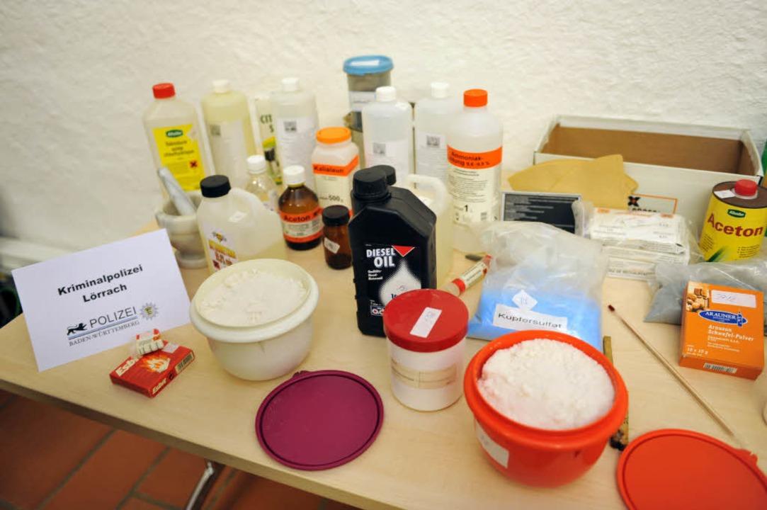 Die von der Polizei sichergestellten Chemikalien.  | Foto: dpa