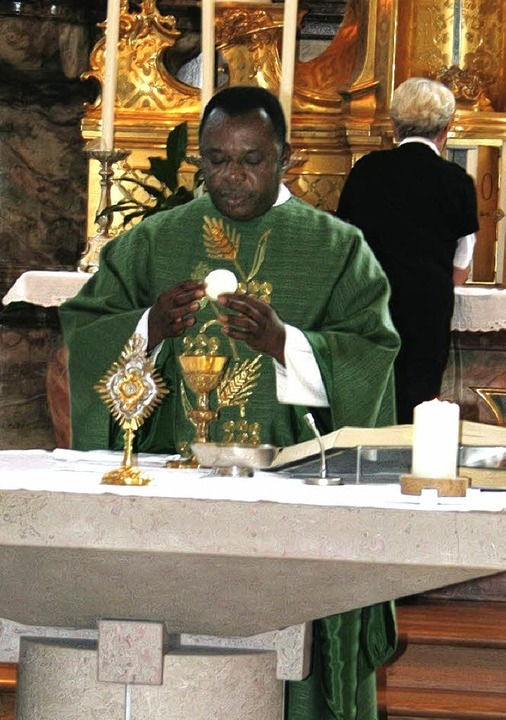 Pfarrer Benedikt Oparaugo aus Nigerie ...it Gottenheim, wie hier in Bötzingen.     Foto: h. david