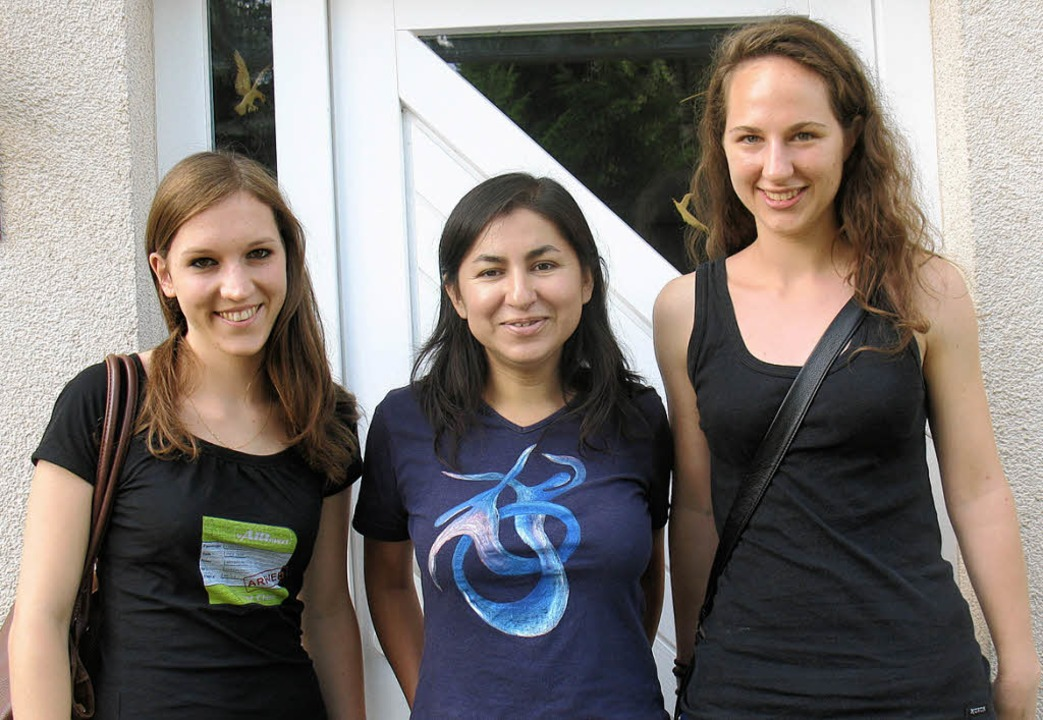 Dina Martinez Immen (Mitte) bereitete ...uf ihren Aufenthalt in Paraguay vor.    | Foto: privat