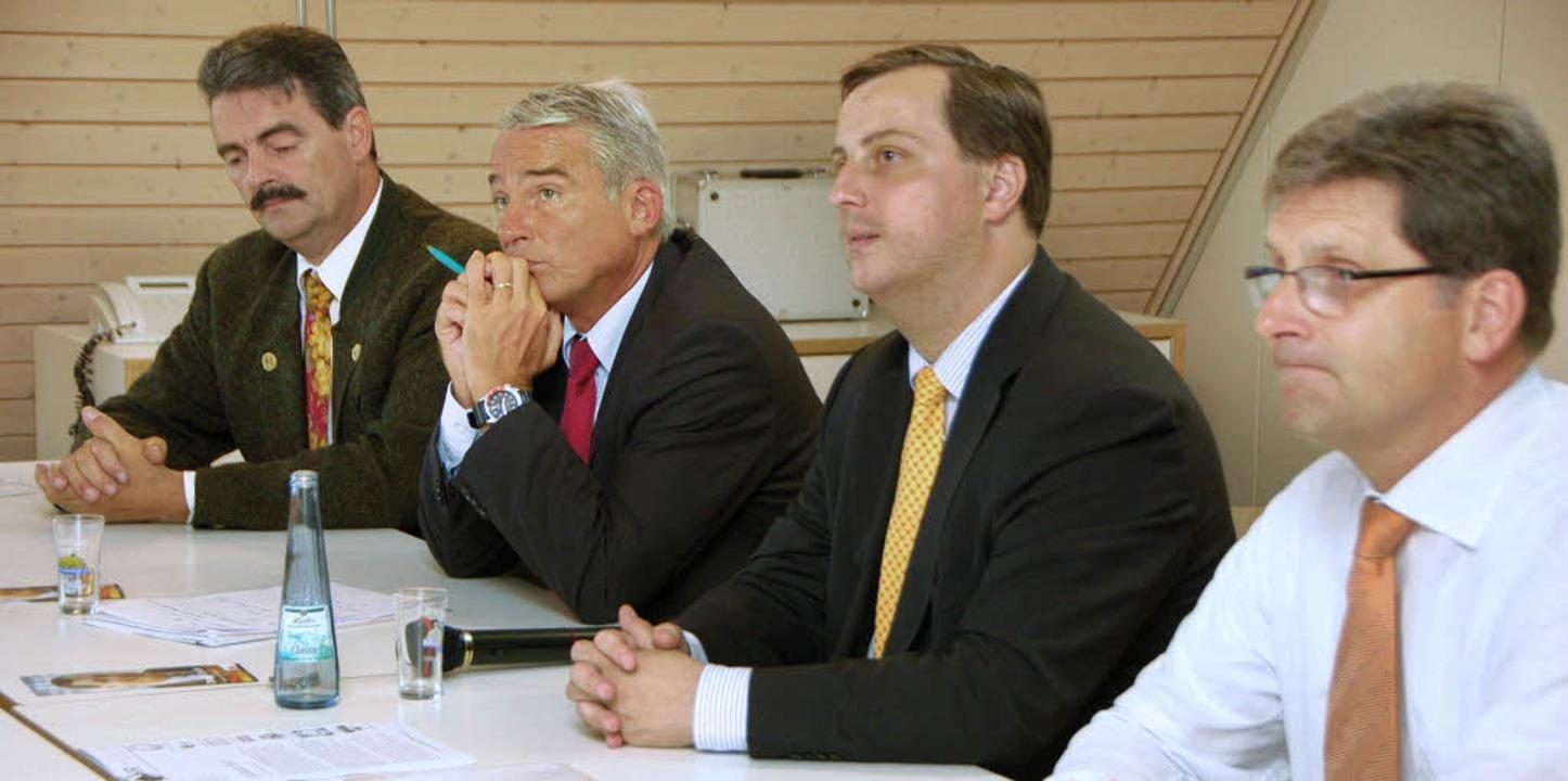 Hörten den Bürger zu (von links): CDU-...nder und Bürgermeister Jörg Czybulka.   | Foto: Tanja Bury