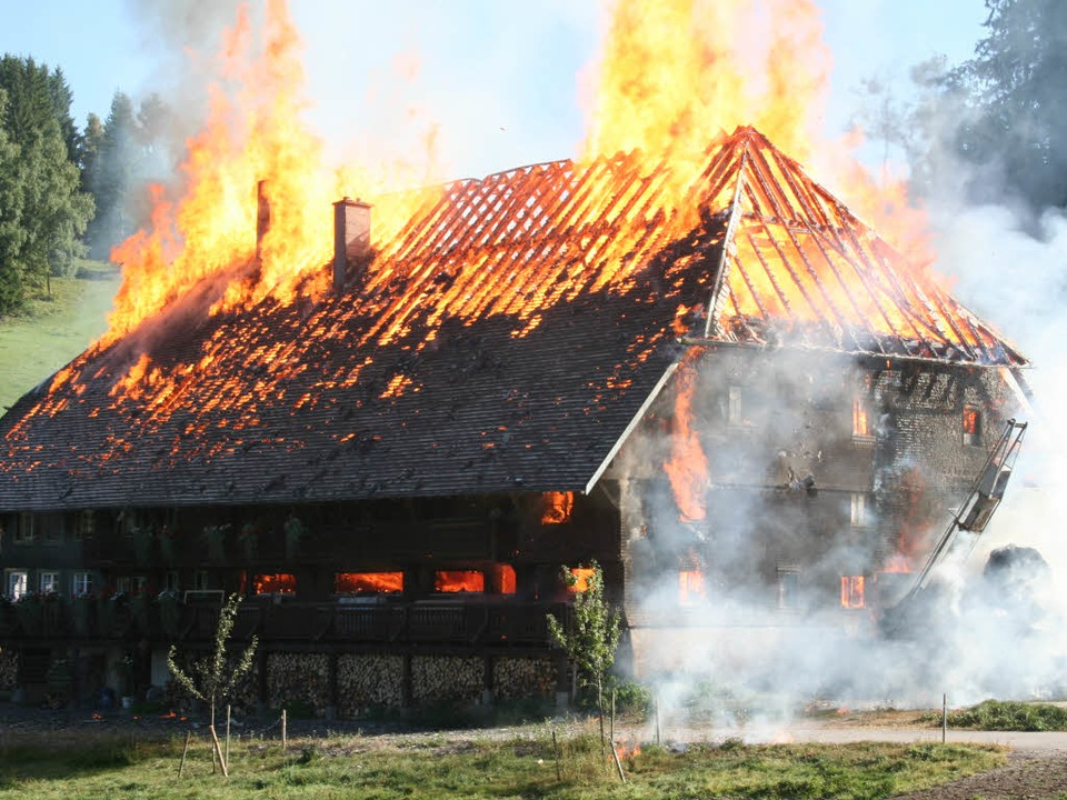 Der Kesslerhof, ein Aushängeschild der...nde Hinterzarten, geht in Flammen auf.  | Foto: Dieter Maurer
