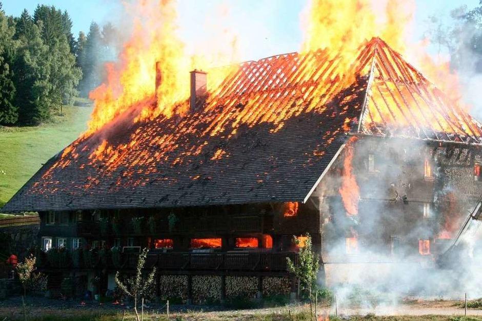 Großbrand in Hinterzarten: Der Kesslerhof ist nicht zu retten. (Foto: Dieter Maurer)
