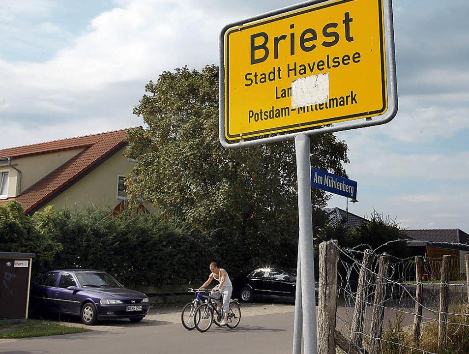 Direkt am Ortseingang von Briest begin...die ein Berliner Käufer erworben hat.   | Foto: dpa
