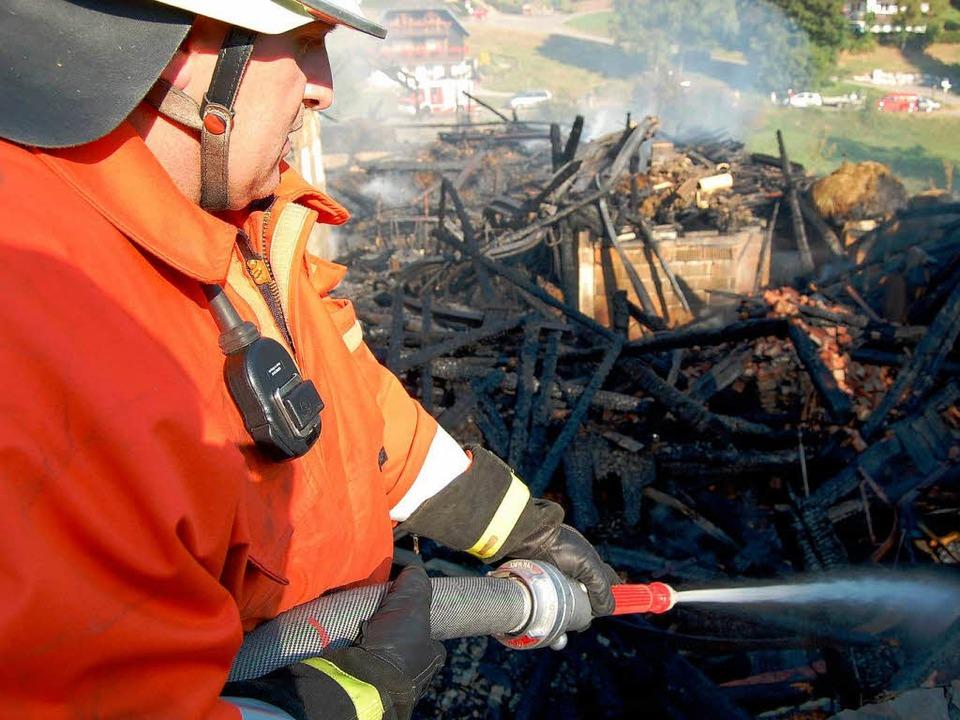 Die Feuerwehr hielt die Nacht über Brandwache und löschte alle Glutnester.  | Foto: Martin ganz