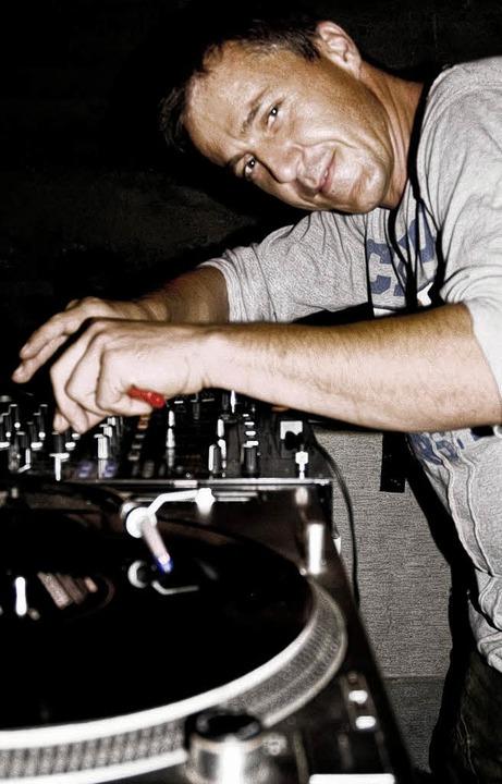 DJ Hofer beim Plattenmixen auf Ibiza  | Foto: bz