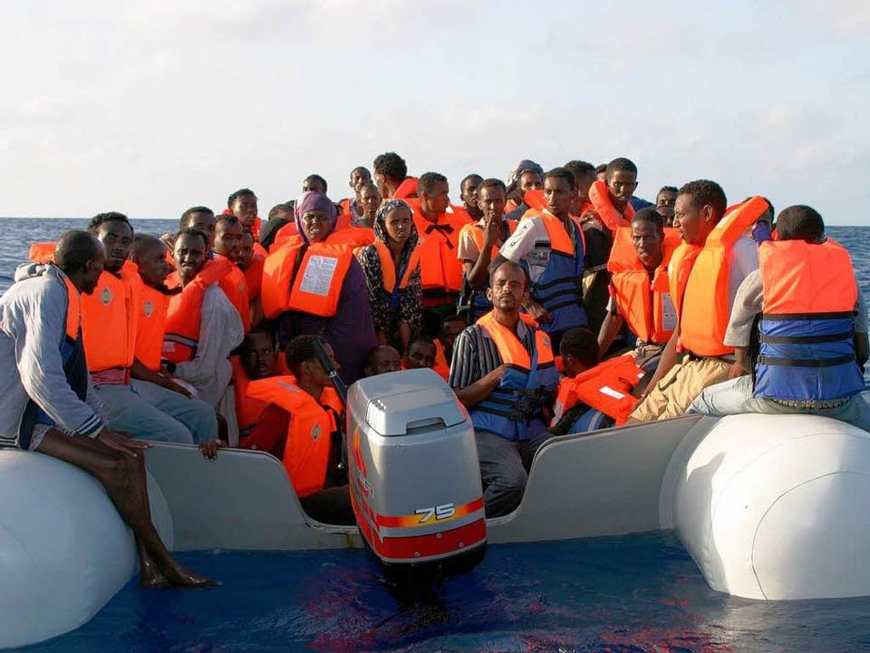 Flüchtlinge aus Afrika  treffen auf einem Boot  in Malta ein.     Foto: DPA