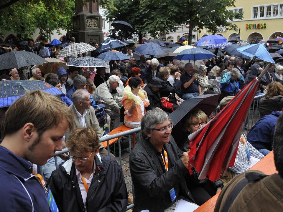 Schirme auf, Schrime zu: Das Wetter war wechselhaft.  | Foto: Ingo Schneider
