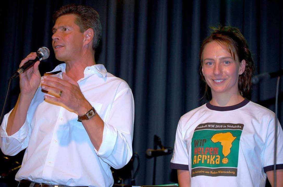 """Wir helfen Afrika"":    Or...n Sandra Boos  mit Bürgermeister Nitz.    Foto: Edgar Steinfelder"