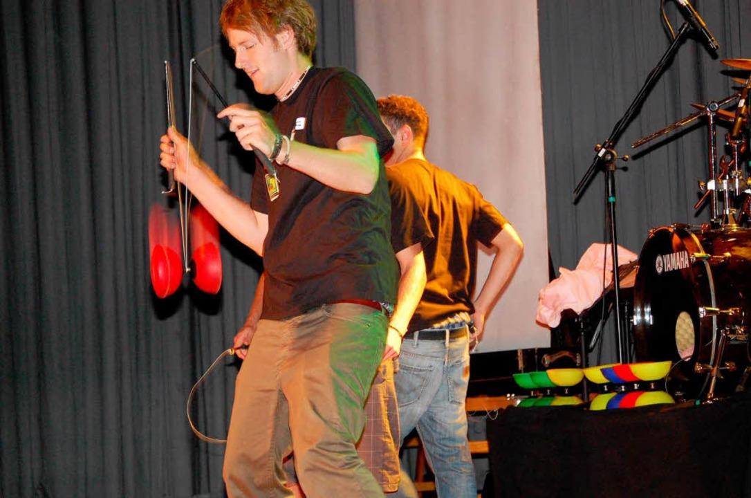 """Jugendliche vom Zirkus """"Paperlapapp  beherrschen die Diabolos.    Foto: Edgar Steinfelder"""