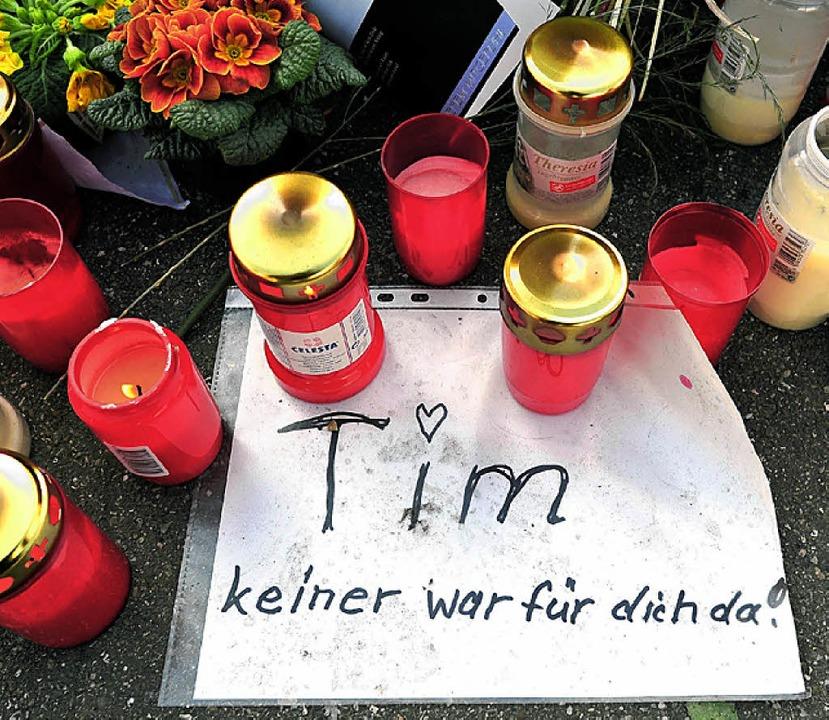 Kerzen und ein Zettel erinnerten in Winnenden auch  an  Tim K.   | Foto: dpa