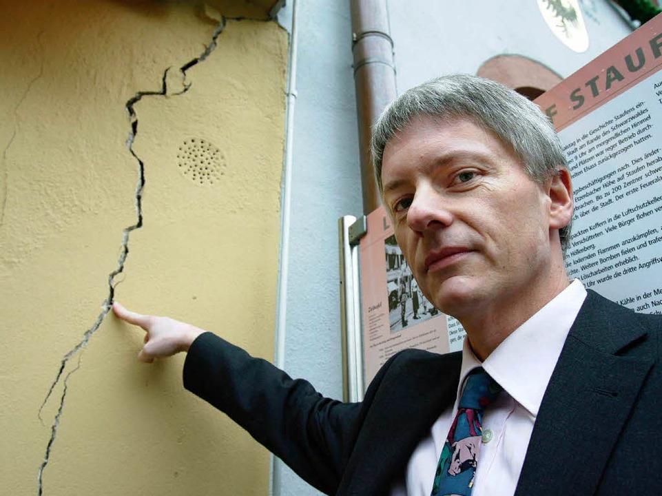 Risse in Staufen: Bürgermeister Michael Benitz hofft auf Unterstützung vom Land.  | Foto: dpa