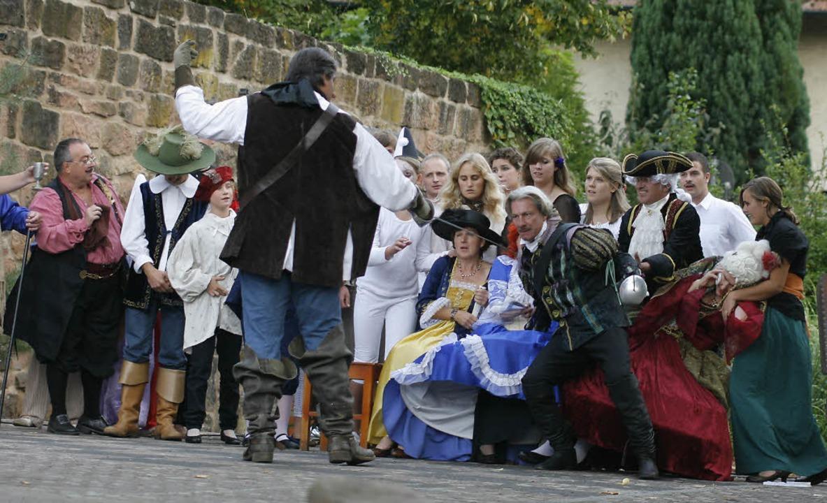 Einer gegen alle: Titelheld Cyrano for...n ganzen Theatersaal zum Duell heraus.  | Foto: Heidi Foessel
