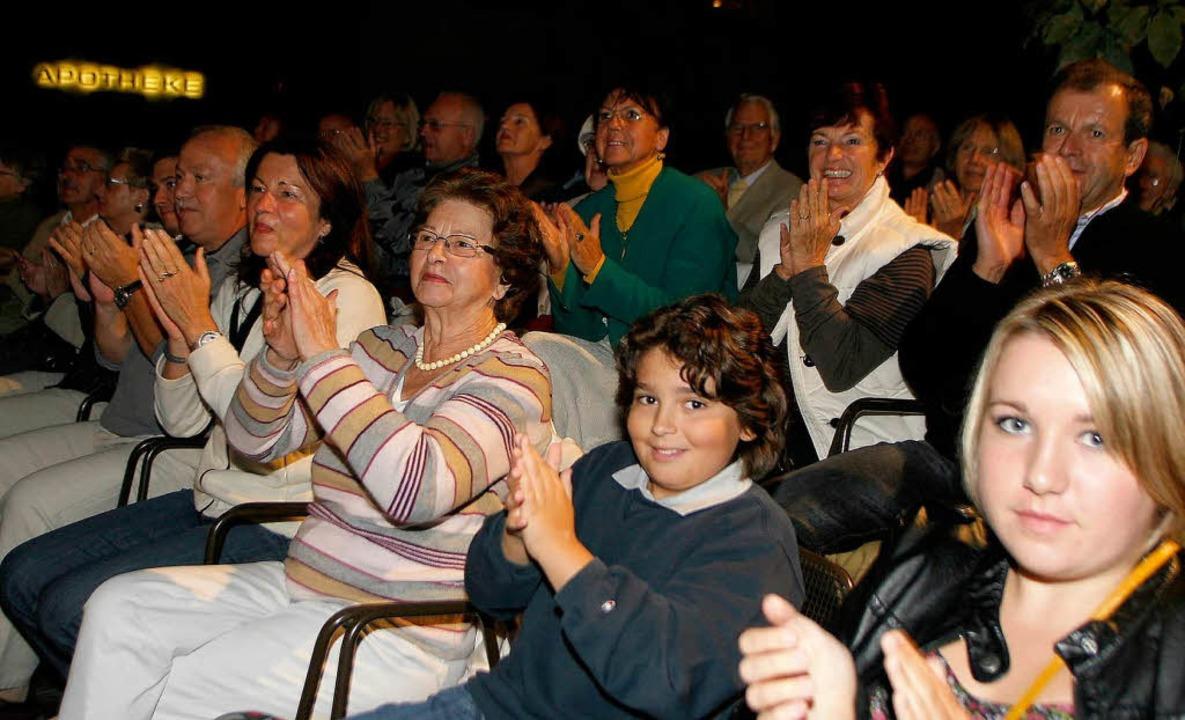 Applaus und bewegte Mienen: Das Premierenpublikum ist glücklich.  | Foto: Heidi Foessel