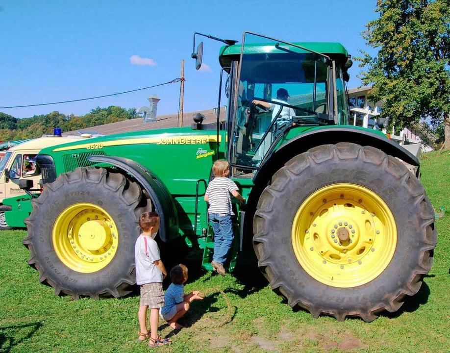 Von den Jüngsten erklommen wirkt der Traktor noch größer...  | Foto: Bernhard Birlin