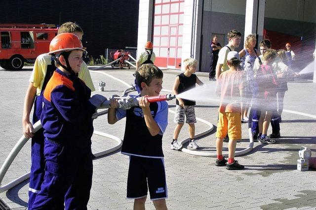 Feucht-fröhliches Ferienerlebnis bei der Feuerwehr